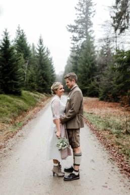 Heiraten im bayerischen Wald mit natürlichen Hochzeitsfotos von Hochzeitsfotograf Veronika Anna Fotografie Deggendorf.