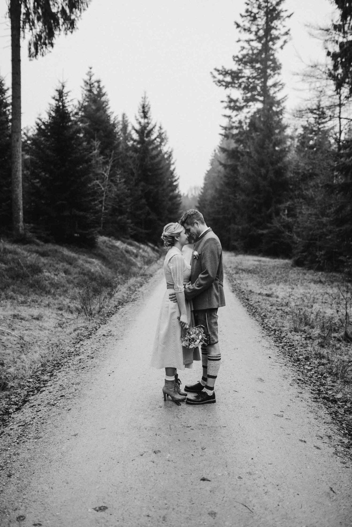 Bayerischer Wald, Brautpaashooting in Tracht an der Rusel, Hochzeitsfotograf Deggendorf
