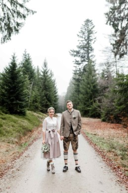 Brautpaar fotografiert am Waldweg an der Rusel, bayerische Wald von Veronika Anna Fotografie, Hochzeitsfotografin Deggendorf
