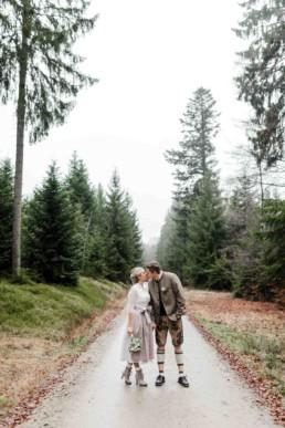 Brautpaar in Trachtenmode im bayerischen Wald fotografiert von Hochzeitsfotografin Veronika Anna Fotografie Deggendorf