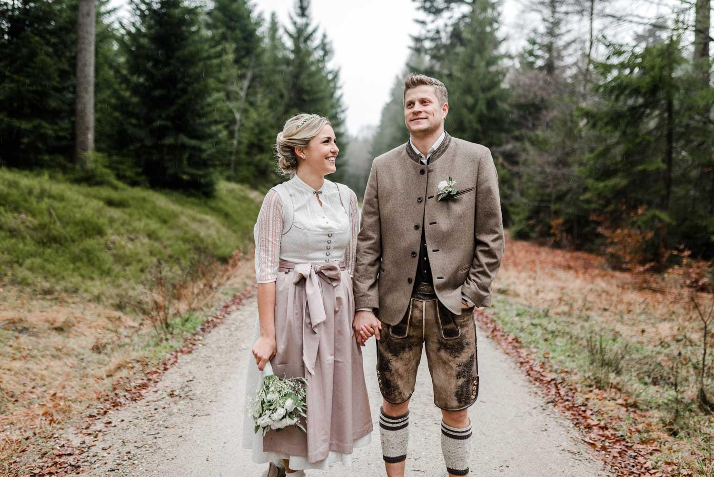 Hochzeitsfotos in Tracht aufgenommen im bayerischen Wald von Veronika Anna Fotografie Hochzeitsfotograf Deggendorf