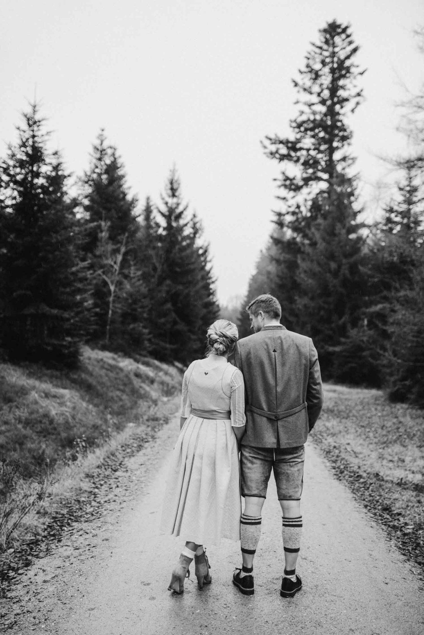 Brautpaar in Tracht fotografiert an der Rusel im bayerischen Wald von Hohczeitsfotografin Veronika Anna Fotografie Deggendorf
