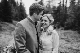 Natürliche Hochzeitsfotografie mit Veronika Anna Fotografie, Hochzeitsfotografin Deggendorf und bayerischer Wald, Aufnahme an der Rusel