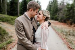 Hochzeitsfotograf Deggendorf fotografiert Brautpaar im bayerischen Wald an der Rusel, Regenhochzeit mit Veronika Anna Fotografie