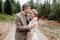 Brautpaar im bayerischen Wald an der Rusel, von Hochzeitsfotograf Deggendorf Veronika Anna Fotografie aufgenommen