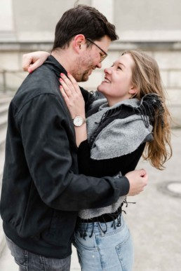 Pärchen fotografiert vor der Pinakothek München von Veronika Anna Fotografie Hochzeitsfotografin aus Bayern