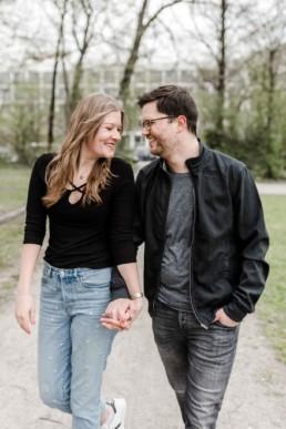 Pärchen spaziert durch den Park beim Paarshooting in München mit Veronika Anna Fotografie als Fotografin für Hochzeiten in Bayern