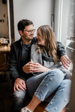 Coffee Date beim Paarshooting München mit Veronika Anna Fotografie Hochzeitsfotografin Bayern