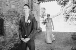 Bräutigam wartet auf seine Braut, nachhaltige Hochzeit am Irghof Obernberg fotografiert von Veronika Anna Fotografie, Hochzeitsfotografin Oberösterreich