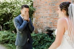 First Look, natürliche Hochzeitsfotos von Veronika Anna Fotografie.