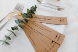 Menü auf Kraftpapier fotografiert bei nachhaltiger Hochzeitsfeier am Irghof Obernberg Oberösterreich
