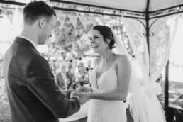 Ringtausch mit echten Emotionen, natürliche Hochzeitsfotos aufgenommen in Oberösterreich von Veronika Anna Fotografie aus Bayern