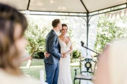 Groom Kissing Bride in Oberösterreich am Irghof Obernberg, natürliche Hochzeitsfotos von Veronika Anna Fotografie.