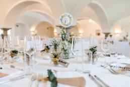 Tisch 10 mit nachhaltiger Hochzeitsdekoration fotografiert von Veronika Anna Fotografie Hochzeitsfotograf Passau