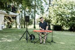 Musiker fotografiert bei nachhaltiger Hochzeit in Oberösterreich.