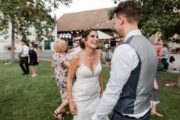 Braut und Bräutigam tanzen, natürliche Hochzeitsfotos, entstanden am Irghof in Obernberg von Veronika Anna Fotografie.