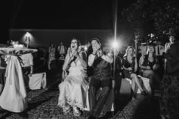 Natürliche Hochzeitsfotos und echte Emotionen bei einer Hochzeit am Irghof Oberndorf aufgenommen von Hochzeitsfotografin Passau Veronika Anna Fotografie.