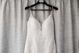 Brautkleid beim Getting Ready fotografiert von Veronika Anna Fotografie