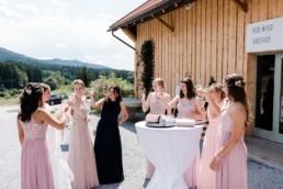Prosit - auf die Braut. Hochzeitsfeier am Wildberghof Buchet, fotografiert von Veronika Anna Fotografie