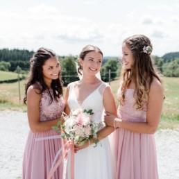 Die Braut mit Freundinnen fotografiert von Hochzeitsfotografin Veronika Anna Fotografie im bayerischen Wald