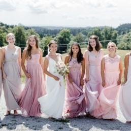 Die Braut mit ihren Mädls, Hochzeit im bayerischen Wald fotografiert von Veronika Anna Fotografie, Hochzeitsfotografin Deggendorf