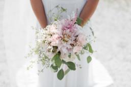 Braut mit Brautstrauß fotografiert von Veronika Anna Fotografie Hochzeitsfotografin Deggendorf
