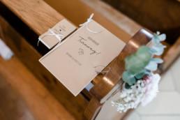 Liedblatt zur Trauung in Kraftpapier in Kirche im bayerischen Wald