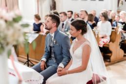 Brautpaar in der Kirche, fotografiert von Veronika Anna Fotografie hochzeitsfotografin Deggendorf und Straubing