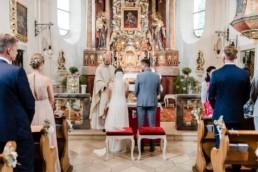 Brautpaar in der Kirche, Deggendorffotografiert von Hochzeitsfotografin Veronika Anna Fotografie