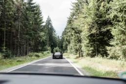 Brautauto fotografiert auf der Fahrt durch den bayerischen Wald.