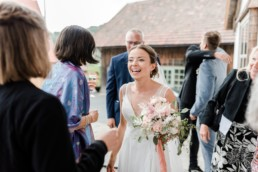 Die Braut erhält Glückwünsche, aufgenommen von Veronika Anna Fotografie, Hochzeitsfotograf Deggendorf