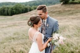 Brautpaarshooting mit Hochzeitsfotograf Deggendorf Veronika Anna Fotografie für natürliche Hochzeitsfotos