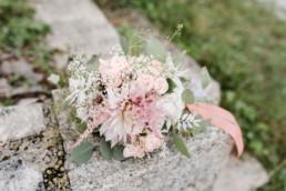 Brautsstrauß in rosa und grün fotografiert von Veronika Anna Fotografie Hochzeitsfotograf Deggendorf