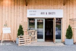 Dekorierter Eingangsbereich der Scheunenhochzeit am Wildberghof Buchet
