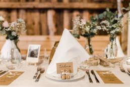 Schlichte Tischdekoration bei Scheunenhochzeit am Wildberghof Buchet im bayerischen Wald