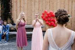 Spiele für die Hochzeit fotografiert bei Scheunenhochzeit am Wildberghof Buchet, Veronika Anna Fotografie Hochzeitsfotograf Bayern