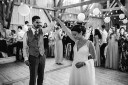 Tanzszene fotografiert bei Scheunenhochzeit am Wildberghof Buchet von Veronika Anna Fotografie Hochzeitsfotografin Bayern