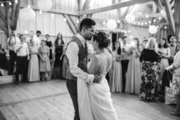 Tanzendes Brautpaar, natürliche Hochzeitsfotos von Hochzeitsfotografin Veronika Anna Fotografie Deggendorf.