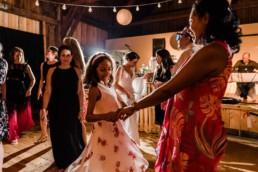 Tanzende Gäste bei Scheunenhochzeit im bayerischen Wald in Deggendorf, fotografiert von Hochzeitsfotografin Veronika Anna Fotografie im bayerischen Wald