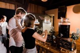 Getränkebar zur Selbstbedienung für die Gäste bei Scheunenhochzeit am Wild-Berghof Buchet