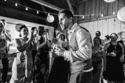 Bräutigam auf der Tanzfläche, fotografiert von Hochzeitsfotograf Deggendorf Veronika Anna Fotografie aus dem bayerischen Wald
