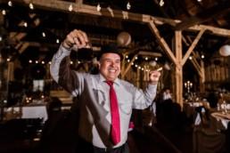 Tanzender Gast bei Scheunenhochzeit am Wildberghof Buchet