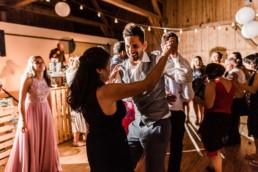 Der Bräutigam tanzt, bei Scheunenhochzeit im bayerischen Wald am Wild-Berghof Buchet