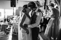 Brautpaar Kuss natürliche Hochzeitsfotos von Hochzeitsfotografin Bayern Veronika Anna Fotografie aufgenommen im bayerischen Wald am Wildberghof Buchet.