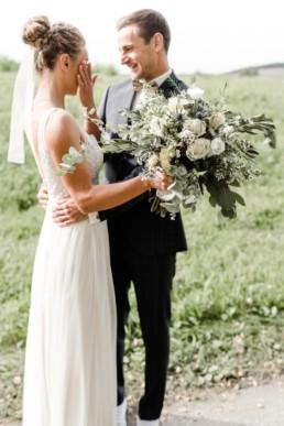 Bei einer freien Trauung in Deggendorf geben sich das Brautpaar das Ja-Wort.