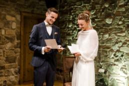 Natürliches Brautpaar bei der Trauung.
