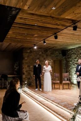 Emotionale freie Trauung mit Brautpaar im Nothaft Gewölbe.