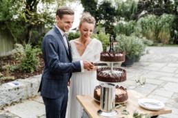 Brautpaar mit Hochzeitstorte im bayerischen Wald.