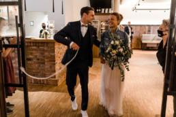 In Deggendorf heiratet Brautpaar freie Trauung.