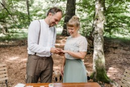 Ein Brautpaar im Wald an Ihrem Hochzeitstag im Standesamt Wildnis.
